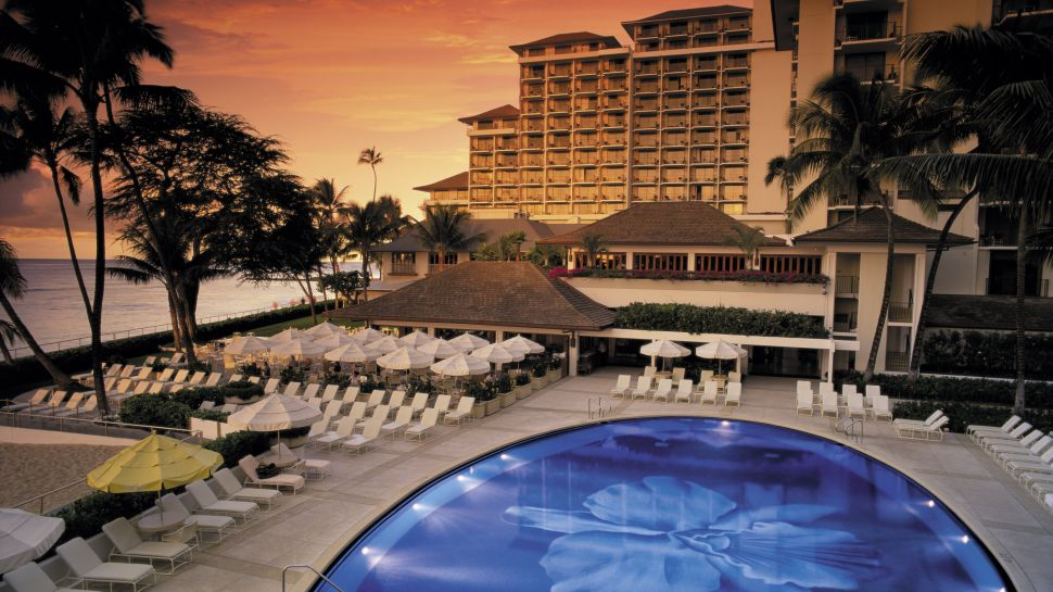 Halekulani-exterior-pool-ocean-view-sunset
